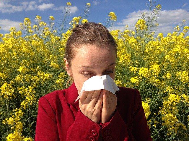Femme qui se mouche à cause d'une allergie