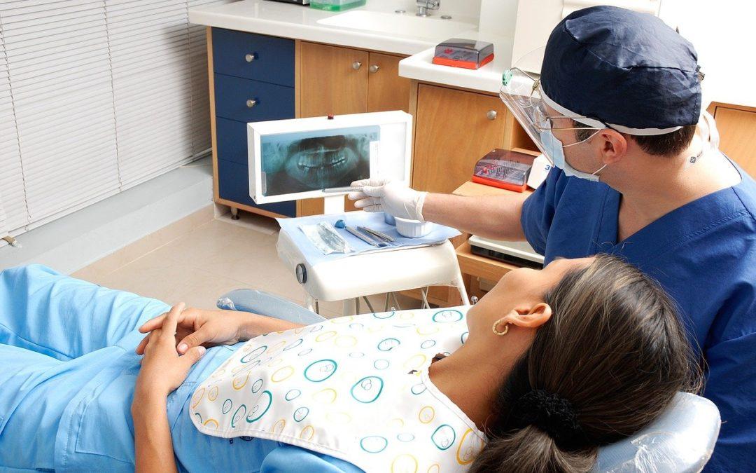 Comment devenir médecin en esthétique dentaire ?